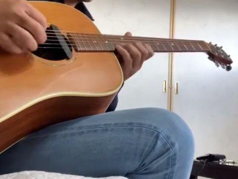 朝、キーをDまで下げて アコースティックギターでTOTOの HOLD THE LINEを弾いてみた。