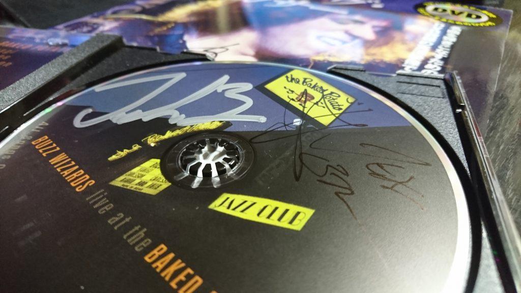 ToshiさんのLIVEアルバム参加のお二人にもサインをCDに。 マジック白を用意してなかった・・・